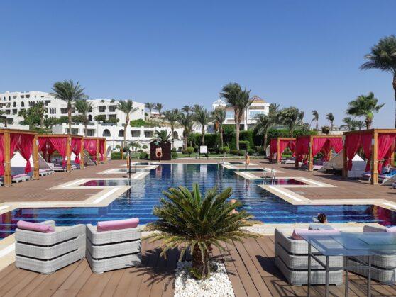 Бассейн Royal Club в отеле Sunrise Arabian Beach