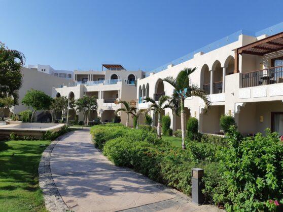 Территория отеля Sunrise Arabian Beach Resort