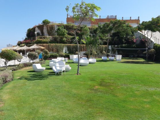 Зеленая площадка над пляжем отеля Sunrise Arabian Beach Resort